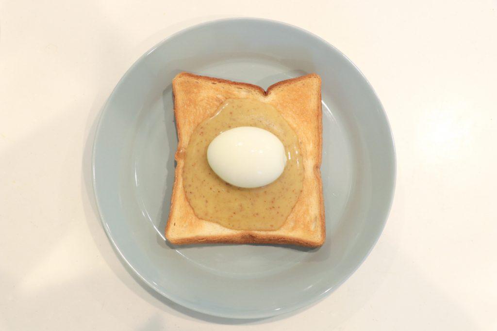半熟卵をのせて