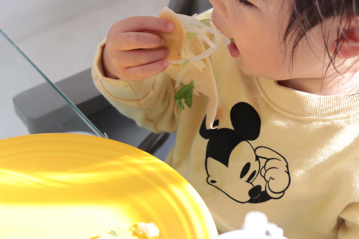 ココナッツラップを食べる娘