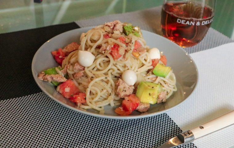トマトとアボカドとバジルの冷製キヌアパスタ
