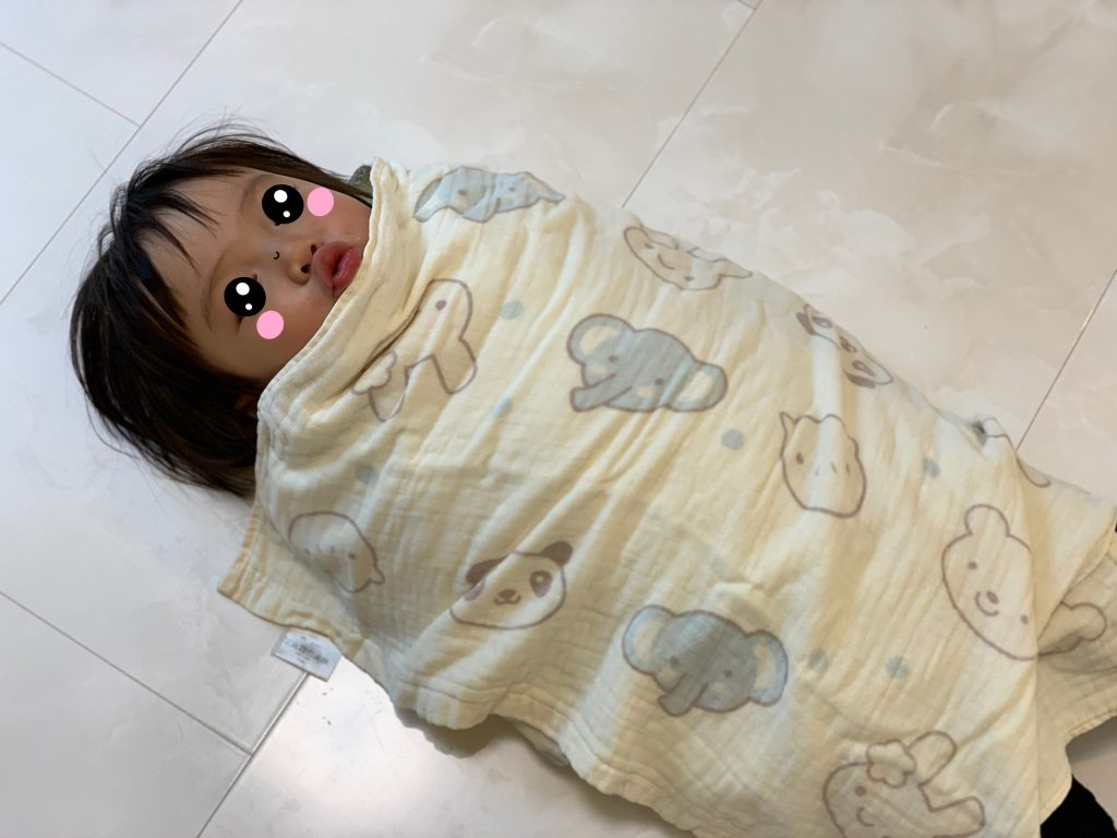 タオルに包まれた娘